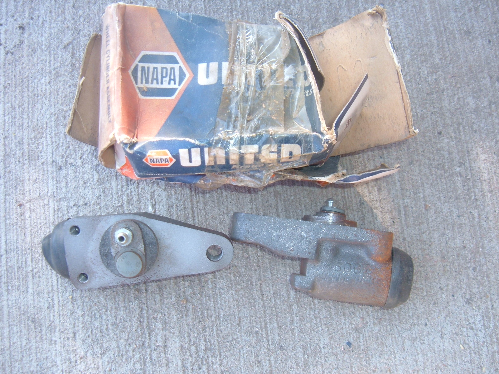 View Product1949-72 chevrolet GMC international studebaker reo larger truck brake wheel cylinders 8852/53 (z 8852/53)