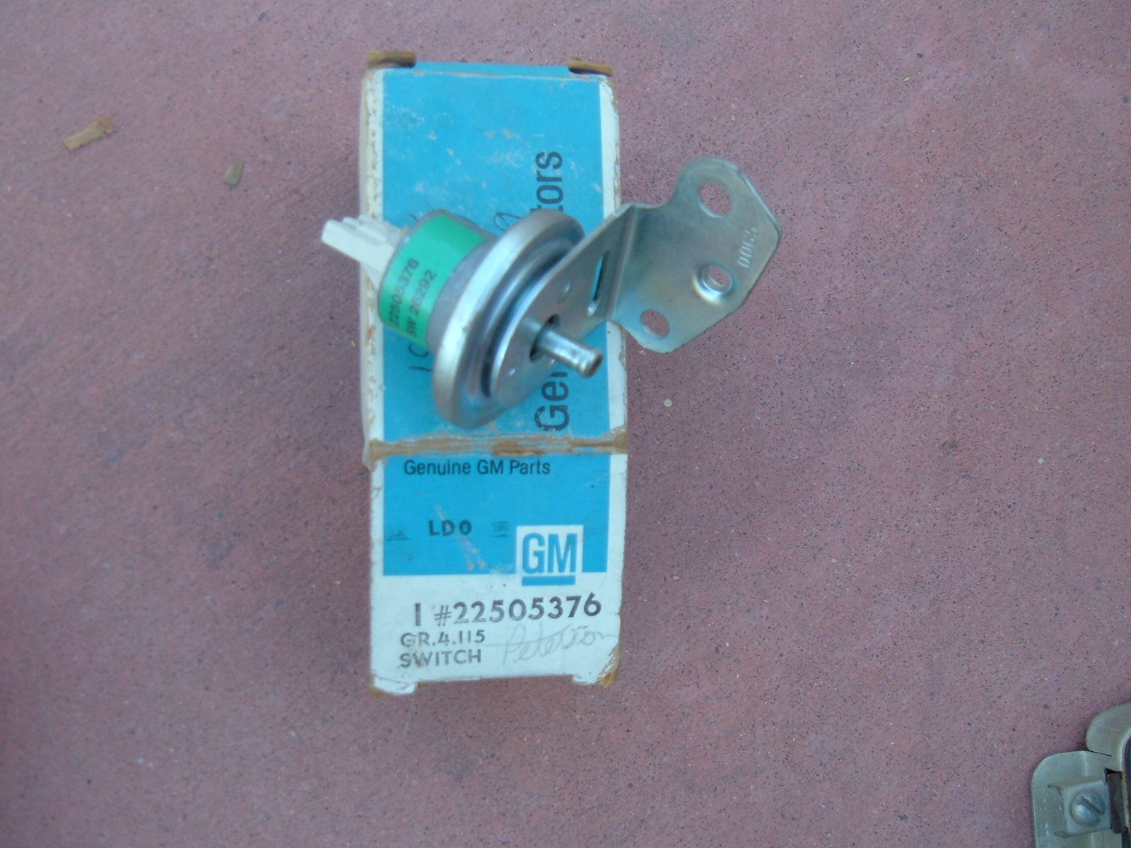 1980 chevrolet cadillac oldsmobile tranmission low vacuum switch nos 22505376 (z 22505376)