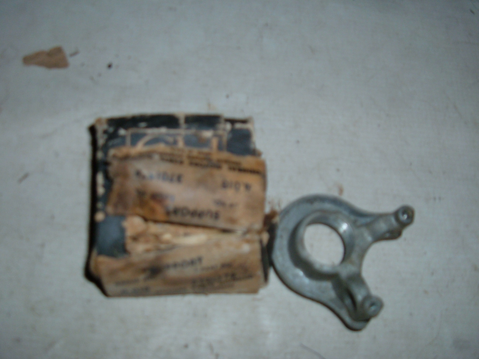 View Product1953 54 55 56 57 58 chevrolet steering gearshift support nos gm 3701547 (z 3701547)