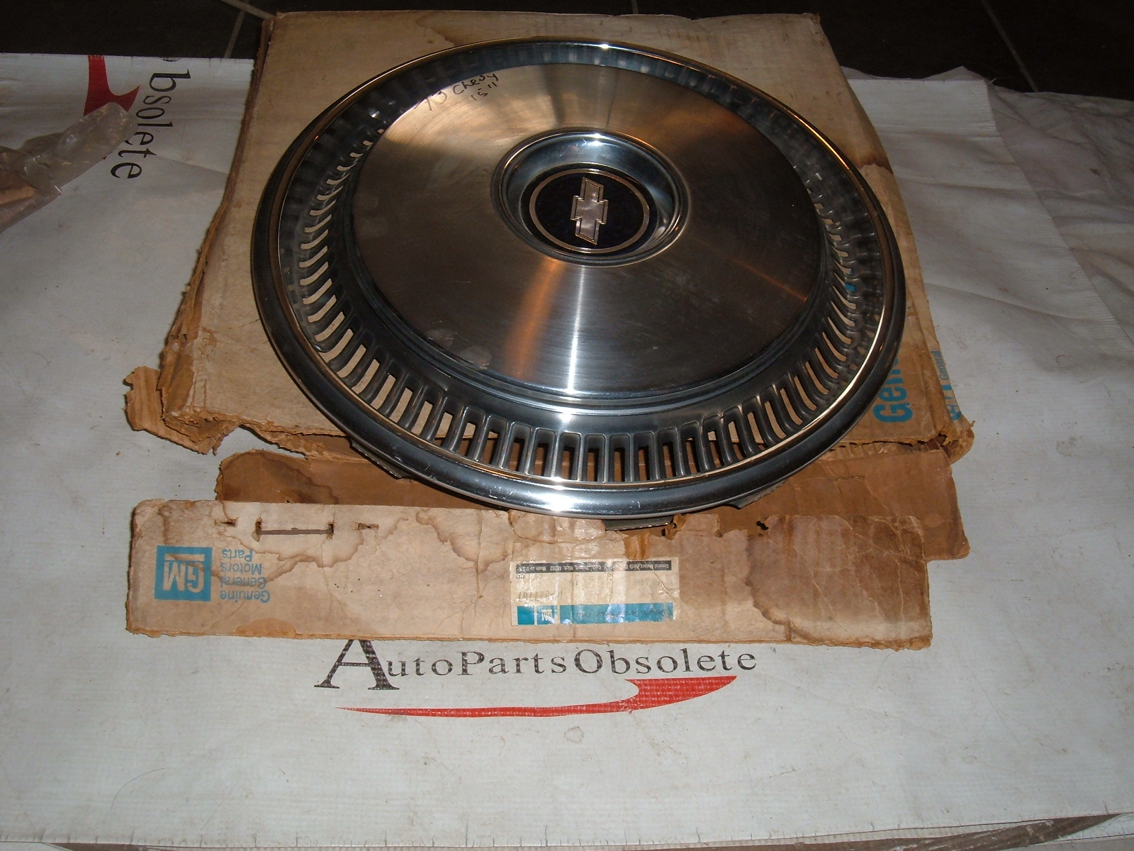 1973 Chevrolet Caprice hubcap NOS GM # 327767 15 inch (z 327767)